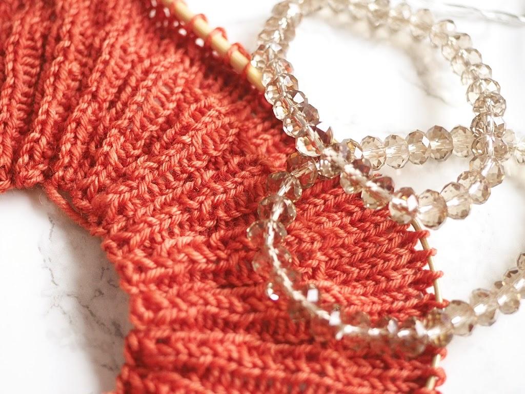 Crenali handgefärbte Wolle verstrickt und Perlen